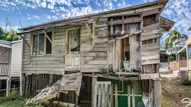 其腐烂的木头,不稳的地基以及破烂不堪的家具都在向