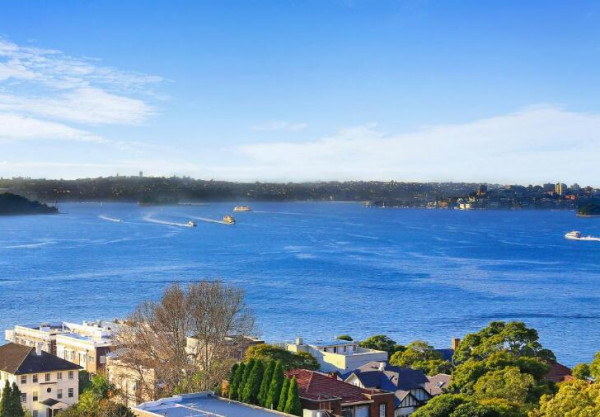 【今日澳洲7月13日讯】上周六的房产拍卖中,有大约50人挤进悉尼Kirribilli的一个只有一个卧室的单元房中,对其有兴趣。  (图片来源:RealEstate网站) 据RealEstate网站报道,该单元房位于43/32 Carabella St,McGrath的房产经纪人Nigel Mukhi表示,当时真是非常拥挤,发出了20份购房意向书,6位买家注册竞拍,最终留下两位,一位澳洲移居香港的买家先发制人,但是由当地一对夫妻后来居上,以113.