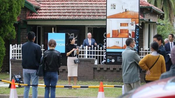 澳华人区房产凌驾底价$8.5万售出!悉尼现场房拍回归,中介各显神通